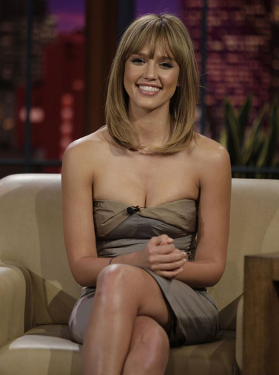 Jessica Alba is looking smashing with her new hairstyle: bangs and blonde